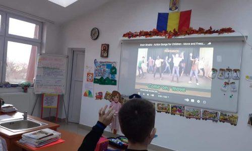 Cum începe ziua la școală pentru elevii din clasa învățătoarei Monica Toader. Întâlnirea de dimineață și poza grăitoare